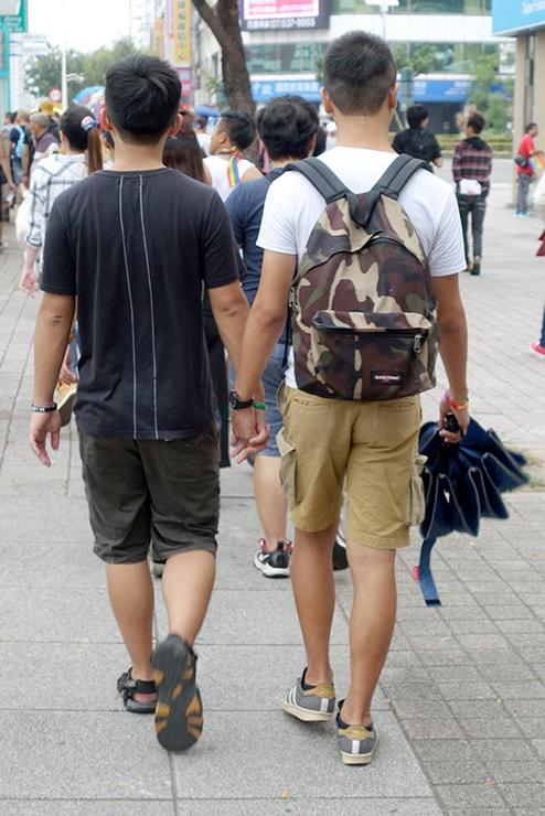 高雄同志大遊行(高雄レインボープライド)2016のパレードで手をつないで歩くゲイカップル