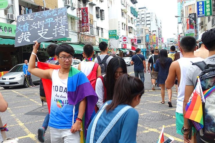 高雄同志大遊行(高雄レインボープライド)2016のパレードでプラカードを掲げる教師