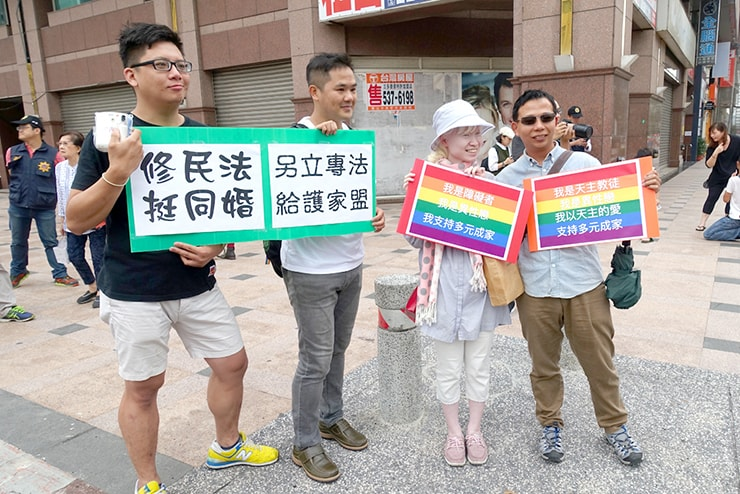 高雄同志大遊行(高雄レインボープライド)2016でプラカードを掲げる参加者