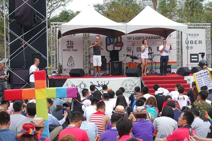高雄同志大遊行(高雄レインボープライド)2016の会場ステージで手話付きスピーチ