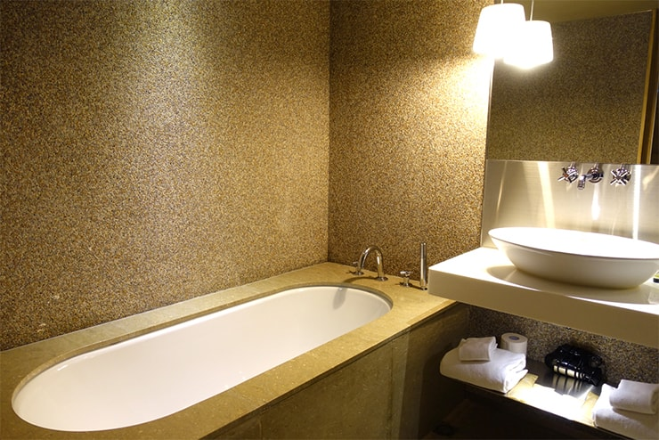 台中駅近くのおしゃれホテル「薆悅酒店 *inhouse hotel(台中館)」精品客房(ダブルルーム)バスルームのバスタブ