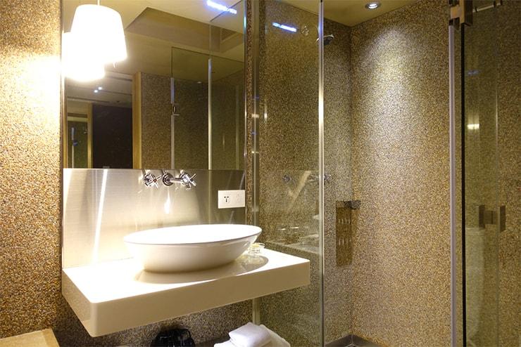 台中駅近くのおしゃれホテル「薆悅酒店 *inhouse hotel(台中館)」精品客房(ダブルルーム)バスルームのシャワーとシンク