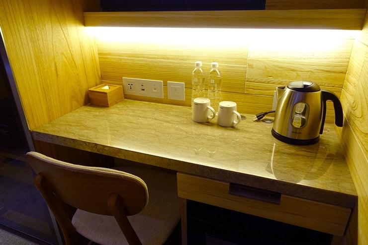 台中駅近くのおしゃれホテル「薆悅酒店 *inhouse hotel(台中館)」精品客房(ダブルルーム)のテーブル