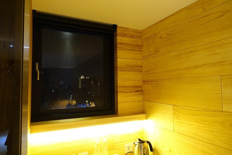 台中駅近くのおしゃれホテル「薆悅酒店 *inhouse hotel(台中館)」精品客房(ダブルルーム)の窓