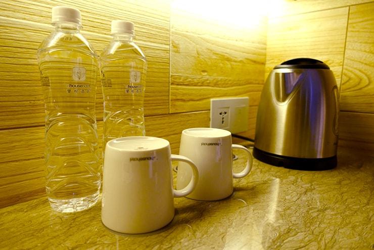 台中駅近くのおしゃれホテル「薆悅酒店 *inhouse hotel(台中館)」精品客房(ダブルルーム)のミネラルウォーター