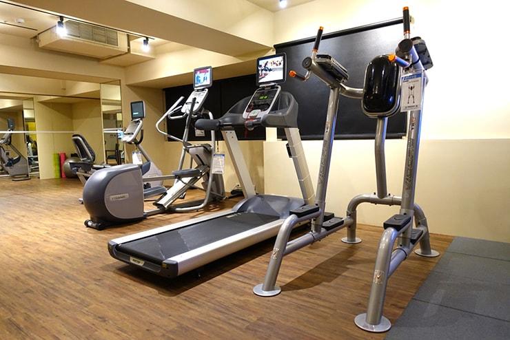 台中駅近くのおしゃれホテル「薆悅酒店 *inhouse hotel(台中館)」のジムに並ぶランニングマシン