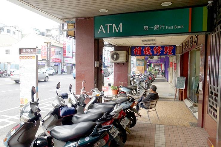 台鐵(台湾鉄道)台中駅前「復興路」の第一銀行
