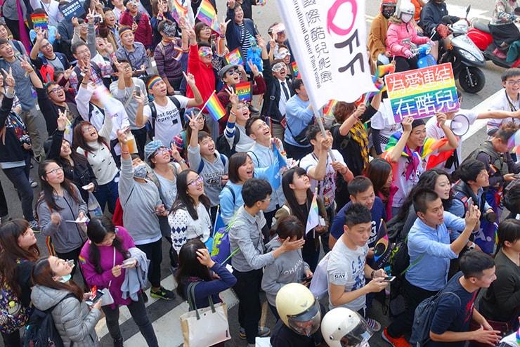台中同志遊行(台中LGBTプライド)2016パレードで記念撮影に応じる参加者たち