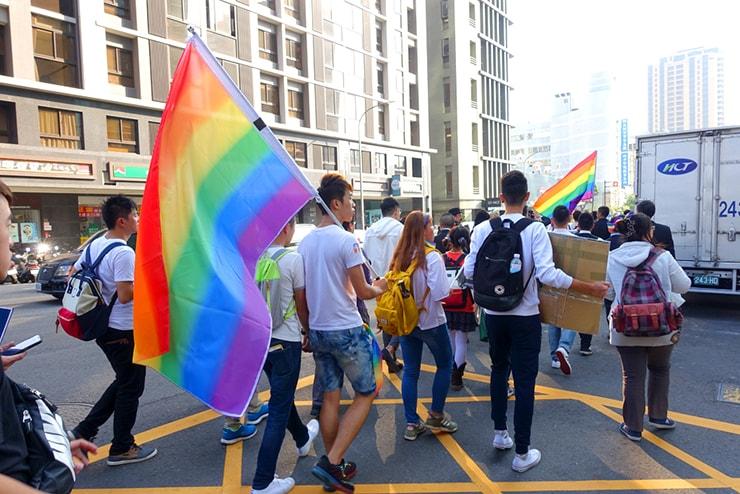 台中同志遊行(台中LGBTプライド)2016パレードでレインボーフラッグを担いで歩く台湾男子