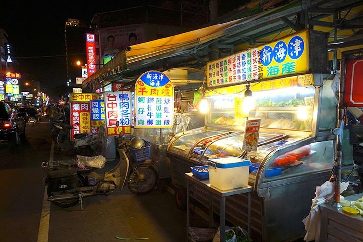 台鐵(台湾鉄道)台中駅最寄りの夜市「忠孝路夜市」
