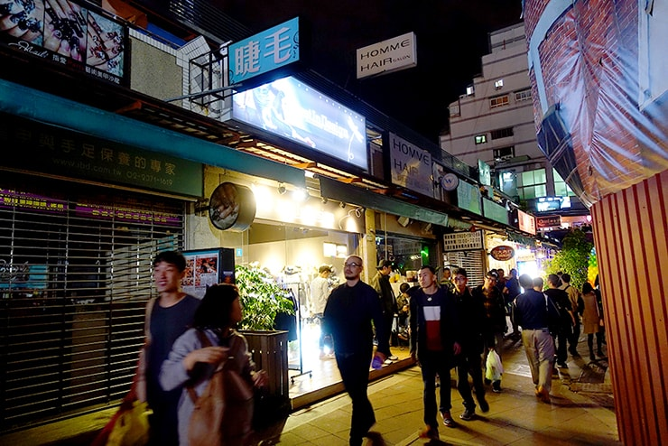 台北・西門の人気ゲイスポット「西門紅樓」横のメンズショップが並ぶ小道
