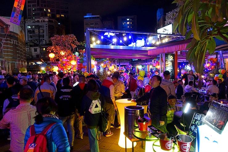 台北・西門町2016-2017カウントダウンイベントで賑わう「西門紅樓」オープンカフェ