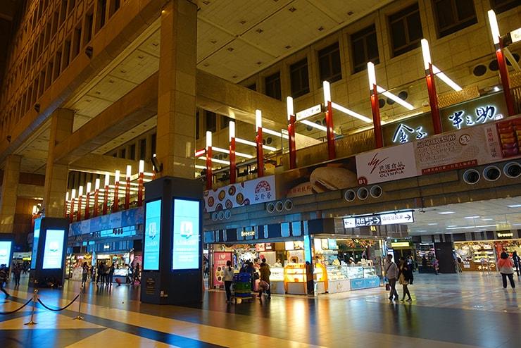 台北駅中心の吹き抜けホールから眺める「微風 Breeze」