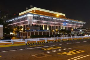 新光三越から見る夜のライトアップされた台北駅