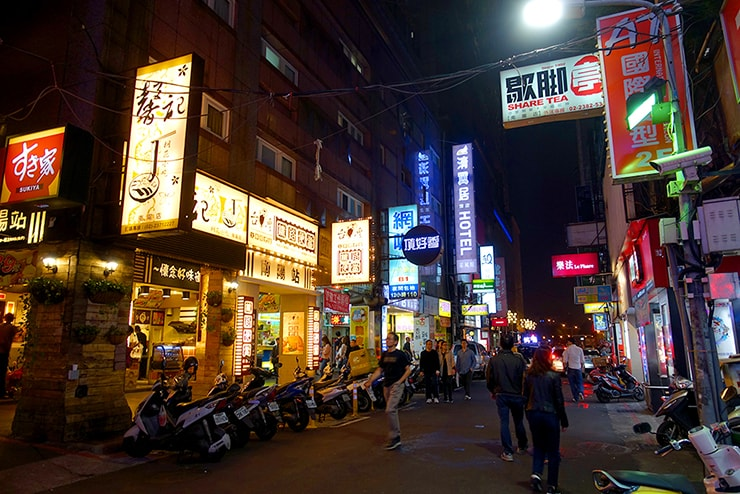 台北駅前のローカルグルメエリア「館前路-南陽街-公園路」付近の街並み