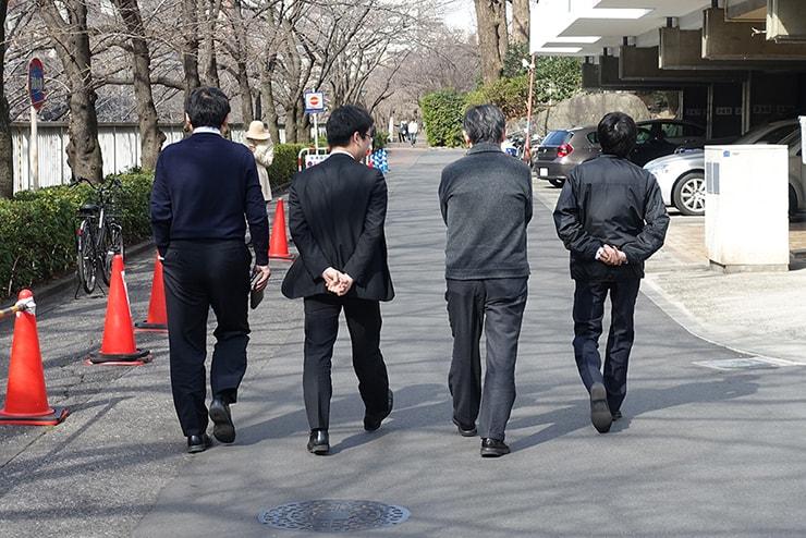 スーツ姿で歩く東京のサラリーマン