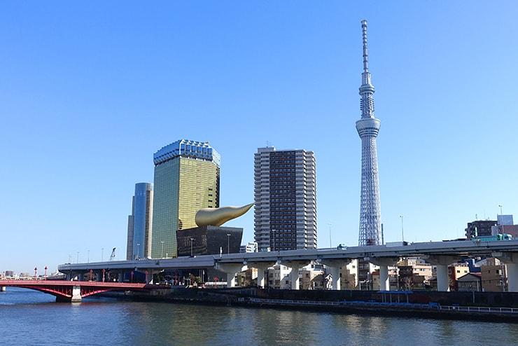 隅田川にかかる橋から眺める東京スカイツリー