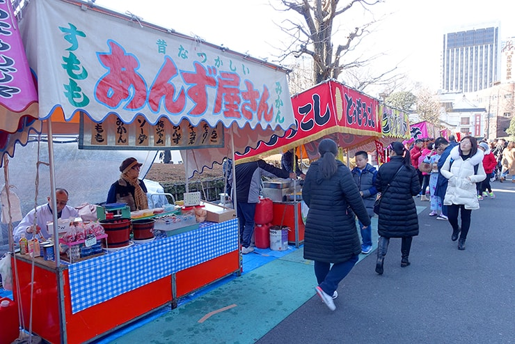 東京・浅草寺に並ぶ屋台