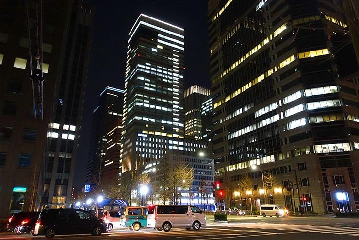 東京・丸の内オフィス街の夜