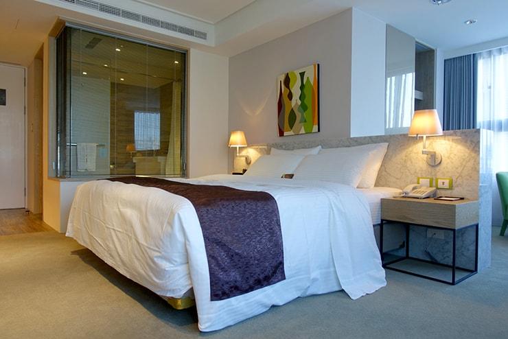 台中歌劇院徒歩圏内の快適ホテル「富盛商旅 GOGO HOTEL」麗緻客房(デラックスルーム)のベッド