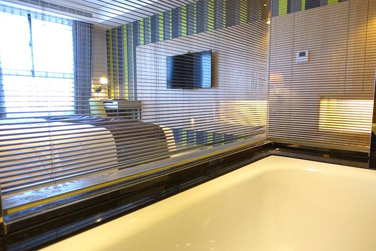 台中歌劇院徒歩圏内の快適ホテル「富盛商旅 GOGO HOTEL」麗緻客房(デラックスルーム)のバスタブから見えるベッドルーム