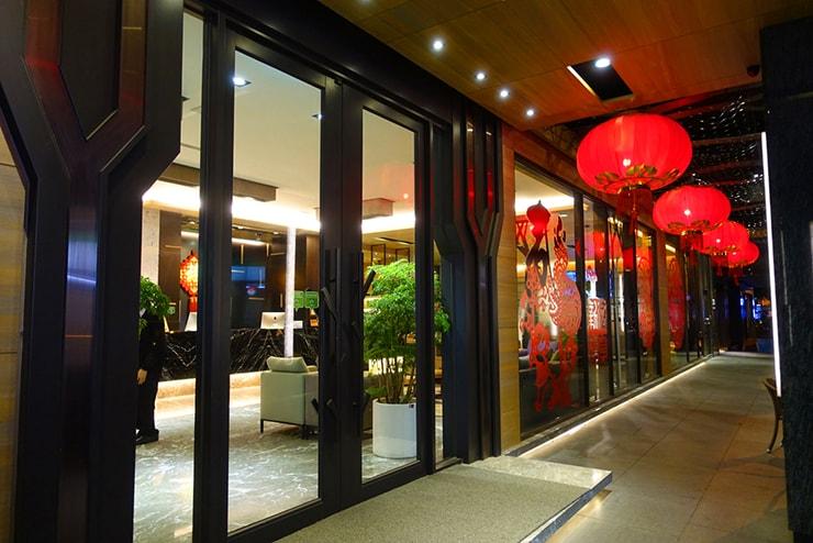 台中歌劇院徒歩圏内の快適ホテル「富盛商旅 GOGO HOTEL」夜のエントランス