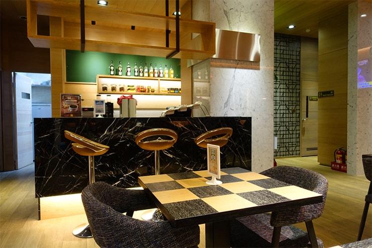 台中歌劇院徒歩圏内の快適ホテル「富盛商旅 GOGO HOTEL」のカフェテリア
