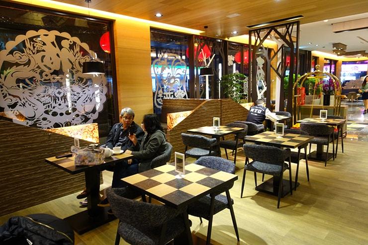 台中歌劇院徒歩圏内の快適ホテル「富盛商旅 GOGO HOTEL」カフェテリアのテーブル席