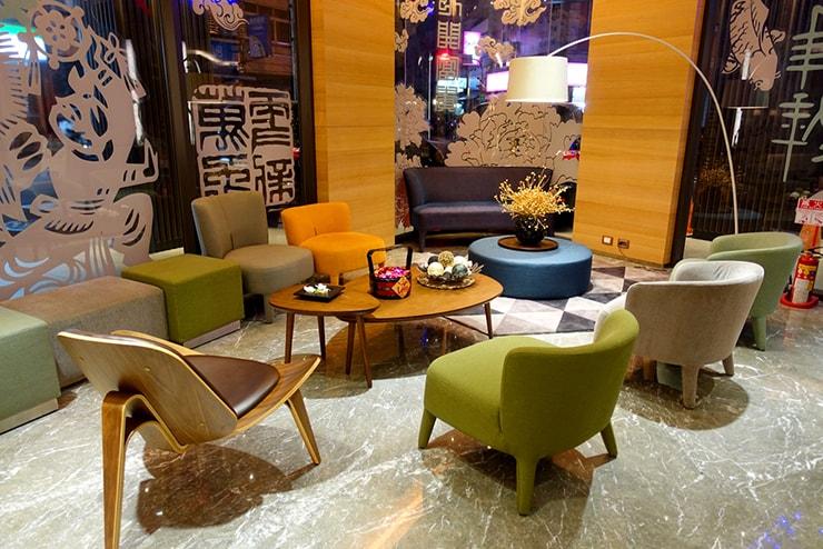 台中歌劇院徒歩圏内の快適ホテル「富盛商旅 GOGO HOTEL」の待ち合いスペース