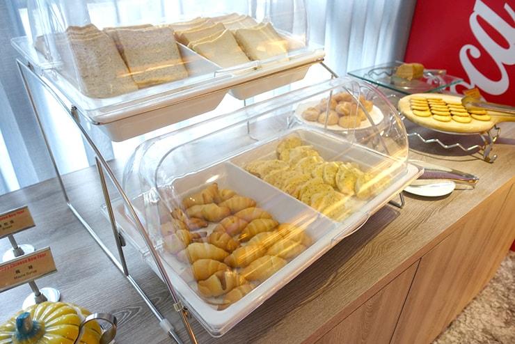 台中歌劇院徒歩圏内の快適ホテル「富盛商旅 GOGO HOTEL」の朝食ビュッフェ(パン)