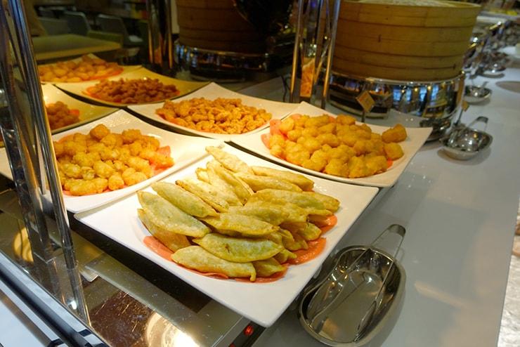 台中歌劇院徒歩圏内の快適ホテル「富盛商旅 GOGO HOTEL」の朝食ビュッフェ(揚げ物)
