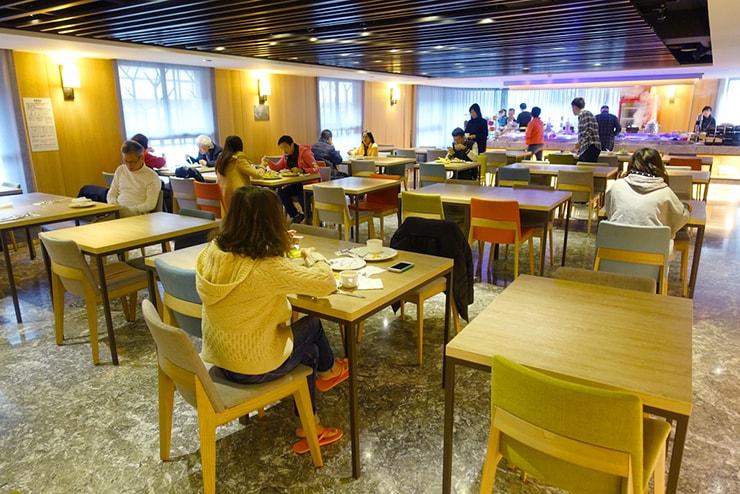 台中歌劇院徒歩圏内の快適ホテル「富盛商旅 GOGO HOTEL」の朝食スペース