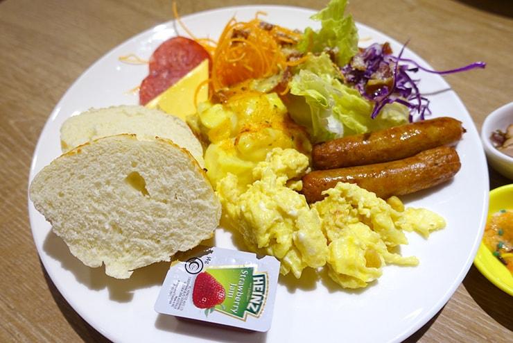 台中歌劇院徒歩圏内の快適ホテル「富盛商旅 GOGO HOTEL」の朝食ビュッフェ