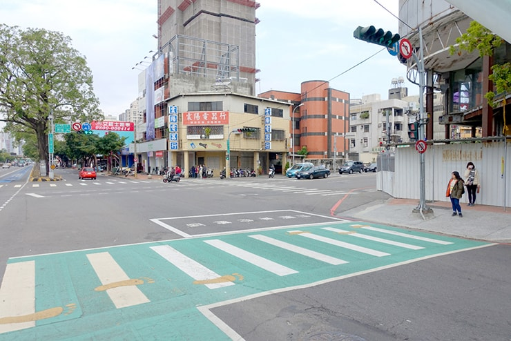 台中のバス停「頂何厝」前の横断歩道