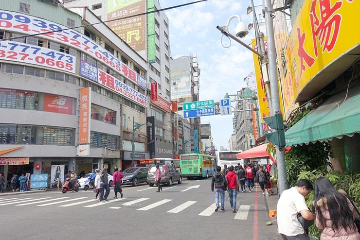 台鐵(台湾鉄道)台中駅前「台中火車站」バス停のある通り
