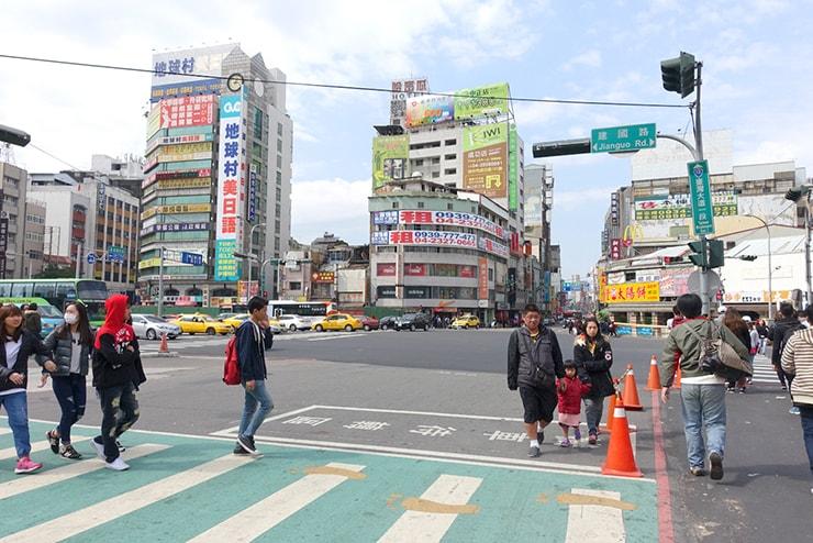 台鐵(台湾鉄道)台中駅前の交差点