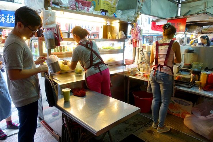 台北・遼寧街夜市「祥好喝現打果汁專賣店」の店内