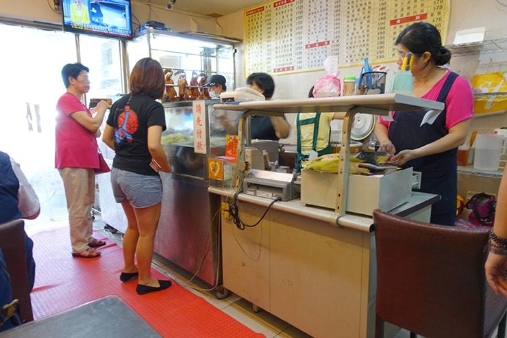台北・遼寧街夜市「隆騰粵菜燒臘」の店内