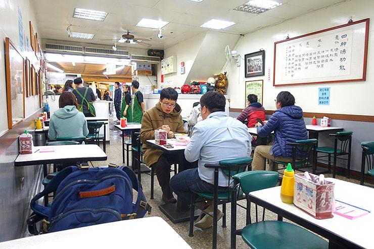 台北・公館夜市「藍家割包」の店内