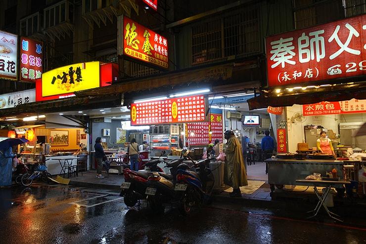 台北・楽華夜市「德鑫廣東粥鍋燒意麵」の外観