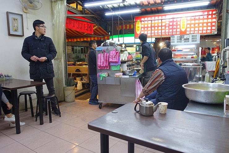 台北・楽華夜市「德鑫廣東粥鍋燒意麵」の店内