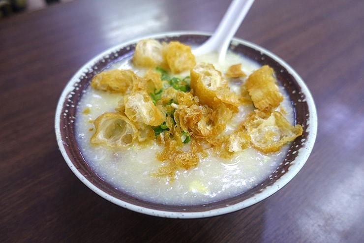 台北・楽華夜市「德鑫廣東粥鍋燒意麵」の滑蛋牛肉粥