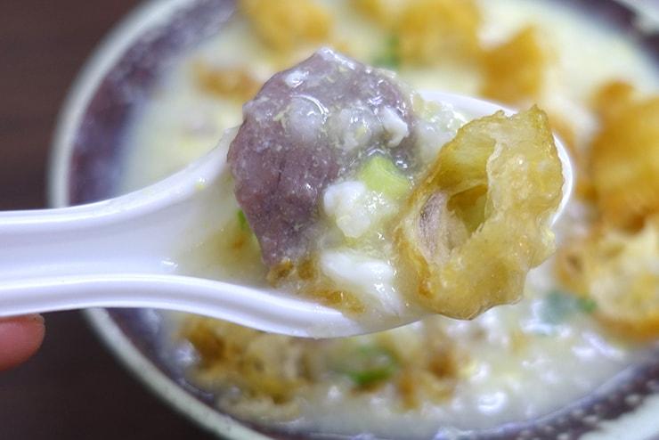 台北・楽華夜市「德鑫廣東粥鍋燒意麵」の滑蛋牛肉粥クローズアップ