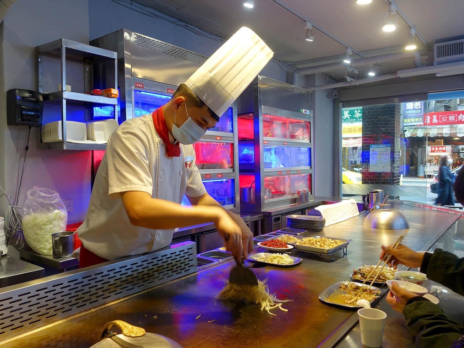 台北・公館夜市のおすすめグルメ店「喫尤平價鐵板燒」のシェフ