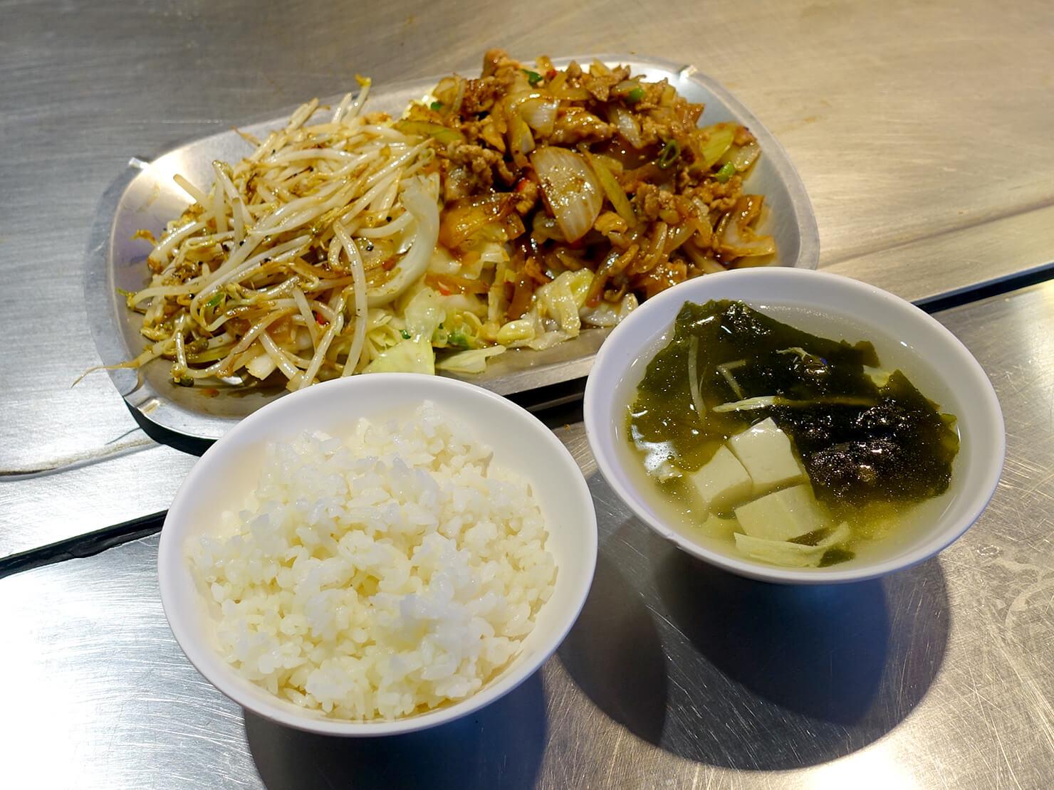台北・公館夜市のおすすめグルメ店「喫尤平價鐵板燒」の豬肉片セット