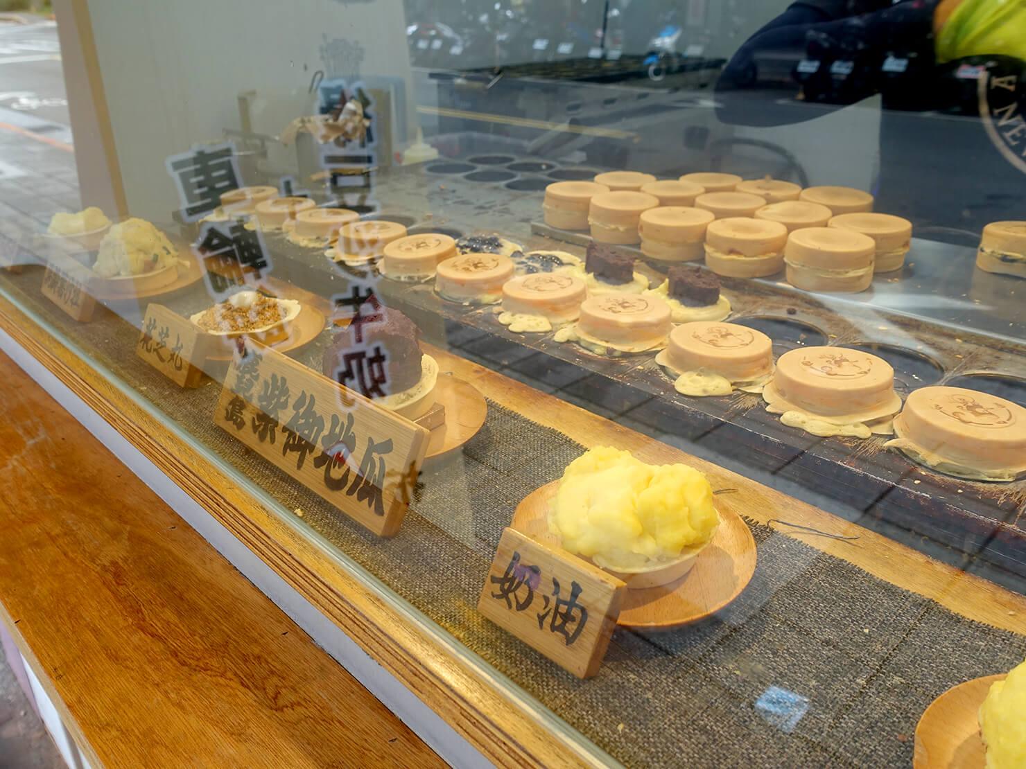 台北・公館夜市のおすすめグルメ店「兩點」の軒先で焼かれる車輪餅