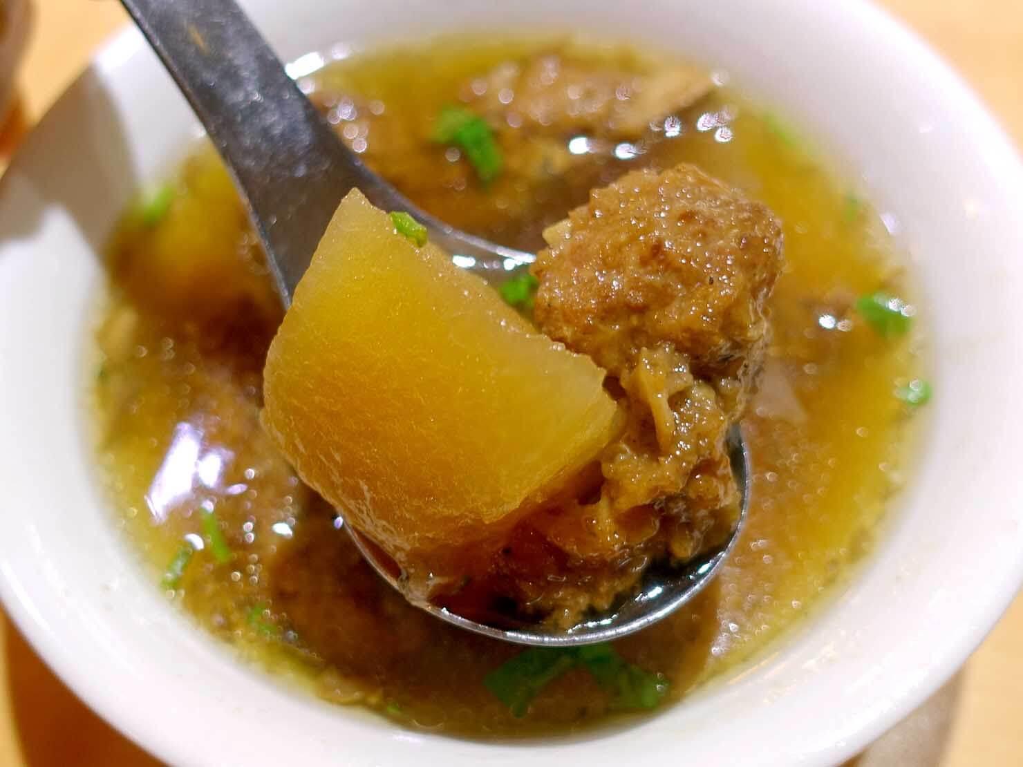 台北・公館夜市のおすすめグルメ店「魯肉・飯香」の排骨酥湯