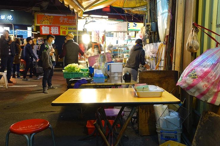 台北・臨江街夜市「關東甜不辣」のテーブル席