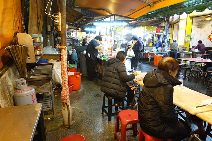 台北・臨江街夜市「阿吉雞蛋蚵仔煎」のテーブル席