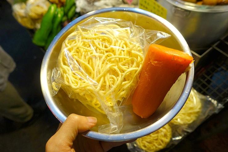 台北・遼寧街夜市「葉記滷味」で滷味の食材選び